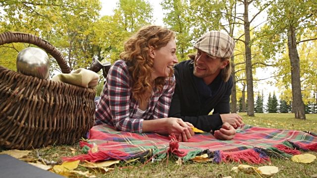 budget-date-ideas-picnic-at-park